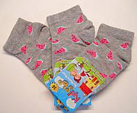 Яркие летние детские носки в арбузные дольки серого цвета