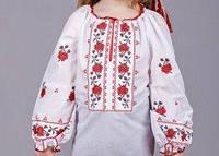 Красивая вышиванка для девочки с  красным орнаментом