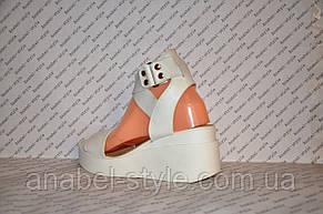 Босоніжки на білій платформі з натуральної шкіри на резинці білі, фото 3