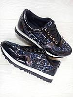 Кроссовки Питон, цвет-черный с лаковыми вставками и тканевой отделкой