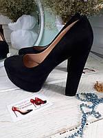 Черные замшевые туфли с красной подошвой,толстый каблук