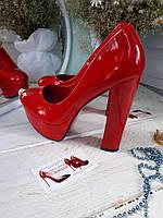 Красные лаковые туфли толстый каблук