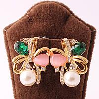 Сережки классические декорированы жемчугом и разноцветными камнями