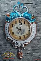 """Часы настенные """"Павлины, создающие форму сердца. Серебрянное перо.""""."""