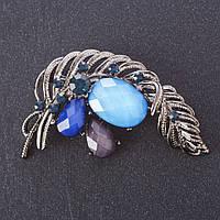 """Брошь """"Страусиное перо с синими  камнями"""" 5,5х3,5см серия пернатые  цвет металла """"серебро"""""""