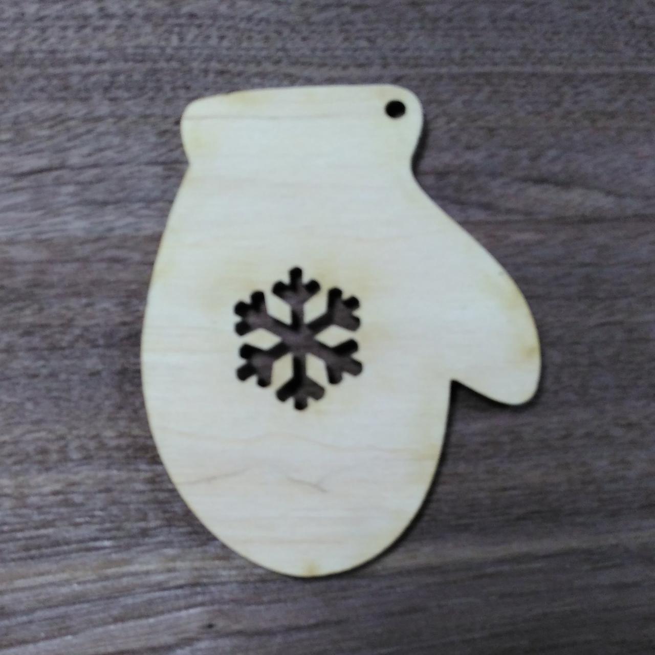 Рукавичка деревянная резная игрушка