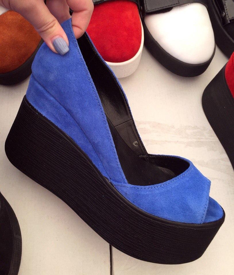 Туфли женские кожаные с открытым носком на черной танкетке электрик замшевые 35e0b89626805