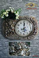 """Часы настенные """"Ангелочки, удерживающие вазу с цветами""""."""