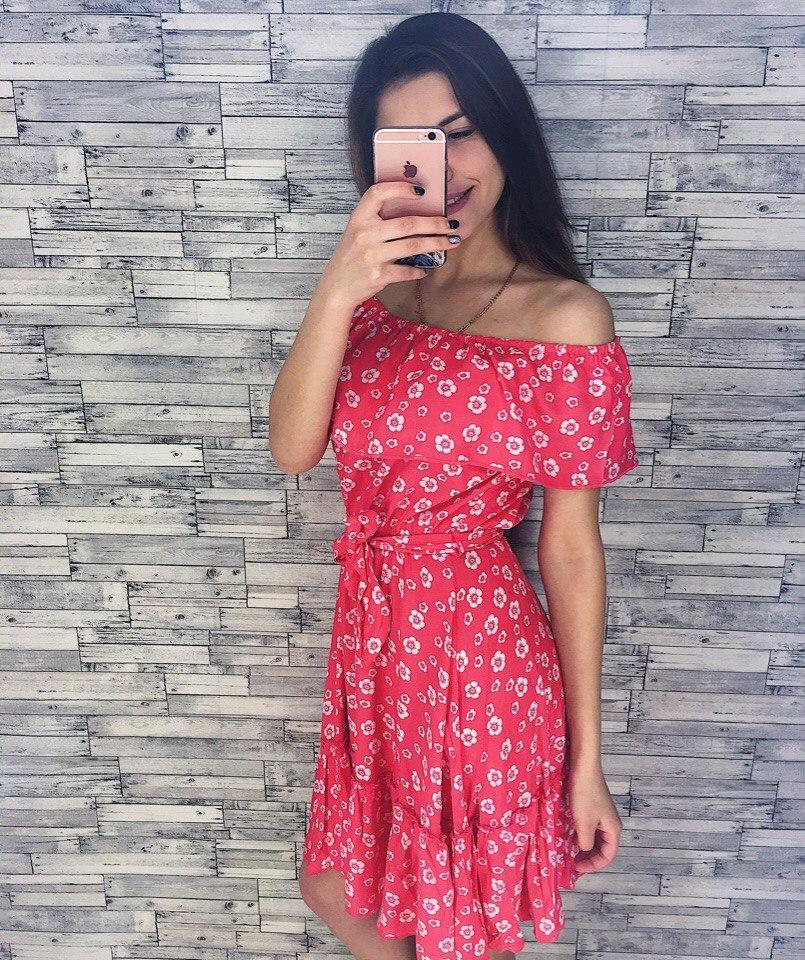 Женское летнее платье с открытыми плечами
