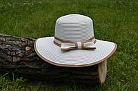 Стильная женская летняя соломенная шляпа с бантом белого цвета