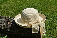 Стильная женская летняя соломенная шляпа с бантом бежевого цвета