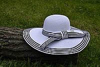 Стильная женская летняя пляжная шляпа с широкими полями белого цвета с черными полосками