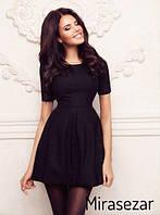 Короткое приталенное платье с короткими рукавами и расклешенной юбкой