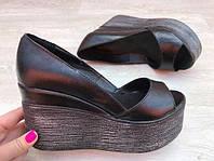 Летние кожаные туфли-босоножки на танкетке черные