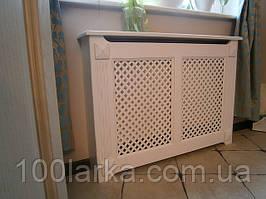 Экраны на чугунные батареи отопления, решетки деревянные.