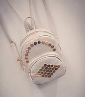 Стильный мини-рюкзак с золотыми заклепками