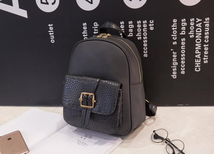 Стильный городской рюкзак со змеиным карманом и пряжкой