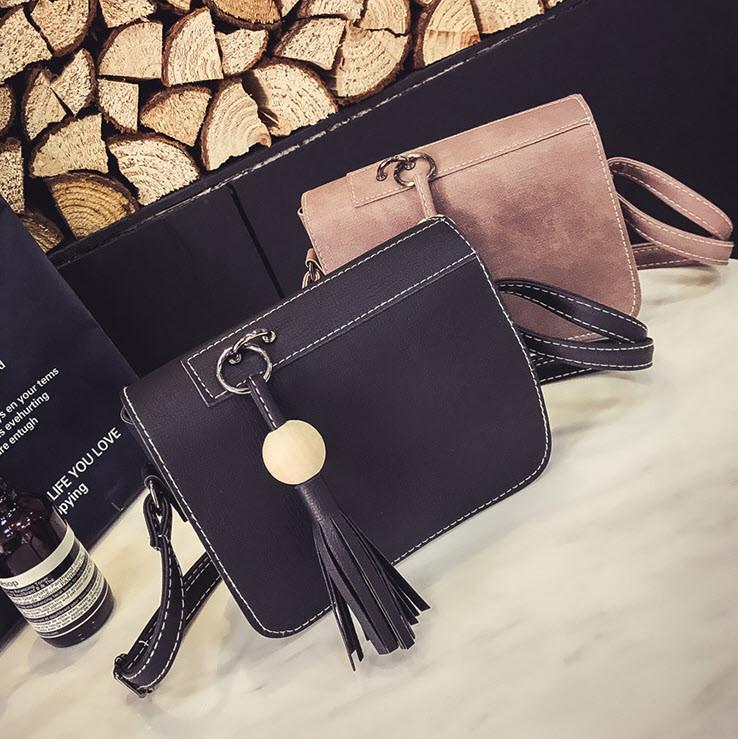 Стильная женская сумка почтальон с брелком