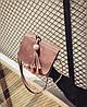 Стильная женская сумка почтальон с брелком, фото 4