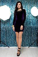 Короткое фиолетовое бархатное платье с золотым украшением и жемчугом