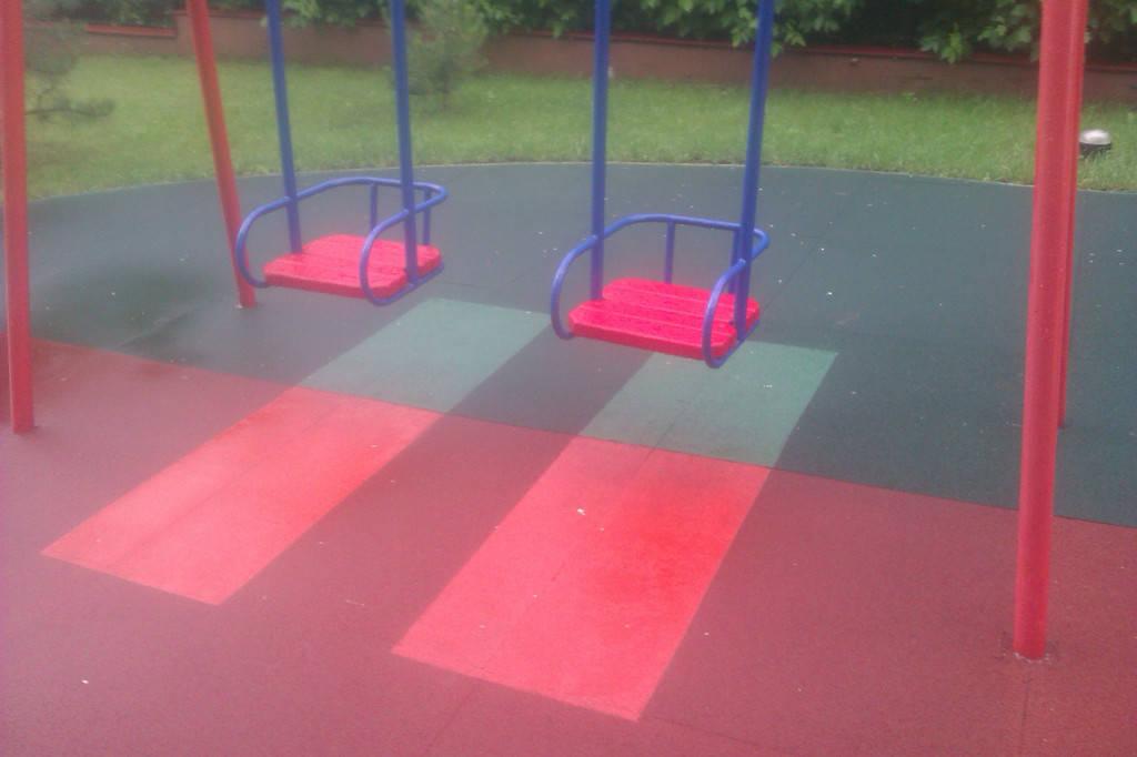 Детские качели на площадке с резиновым травмобезопасным покрытием. Площадь 165 м.кв.