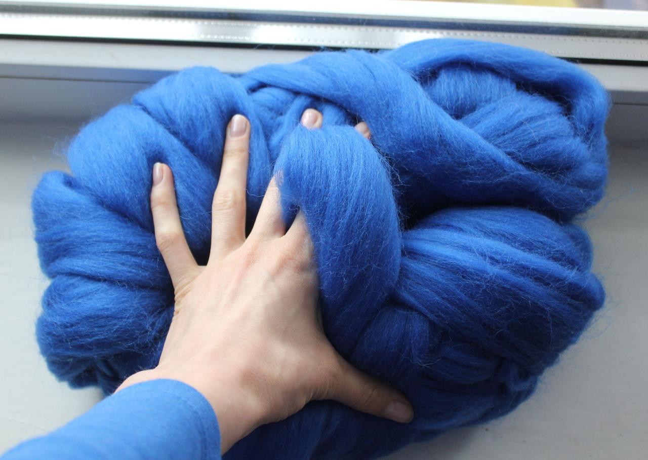 Толстая, крупная пряжа, 100% шерсть овечья для валяния, 50г. Цвет: Василек. 25-26 мкрн. Топс. Гребенная лента