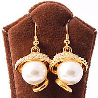 Сережки классические декорированы жемчугом и