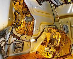 Таким же образом нужно обклеить панель багажника и поверхности около крыльев.