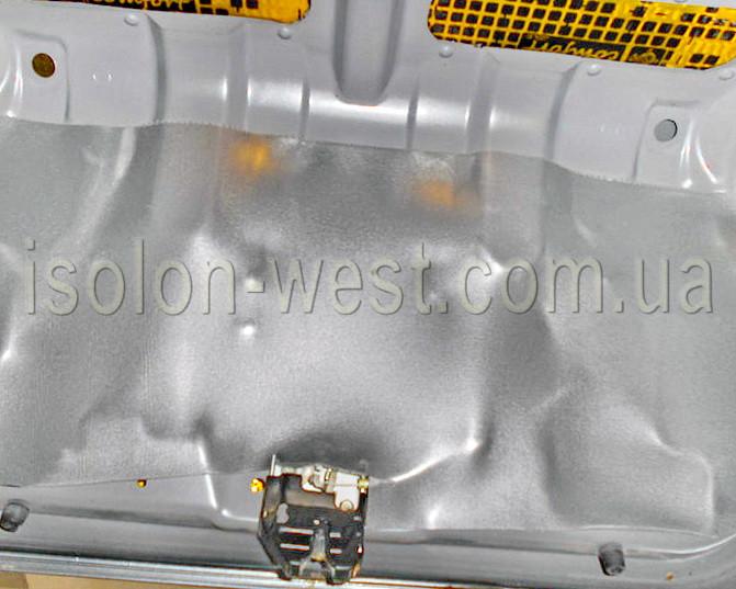 После виброизоляции крышки багажника, под накладку мы клеим сплен для шумоизоляции.