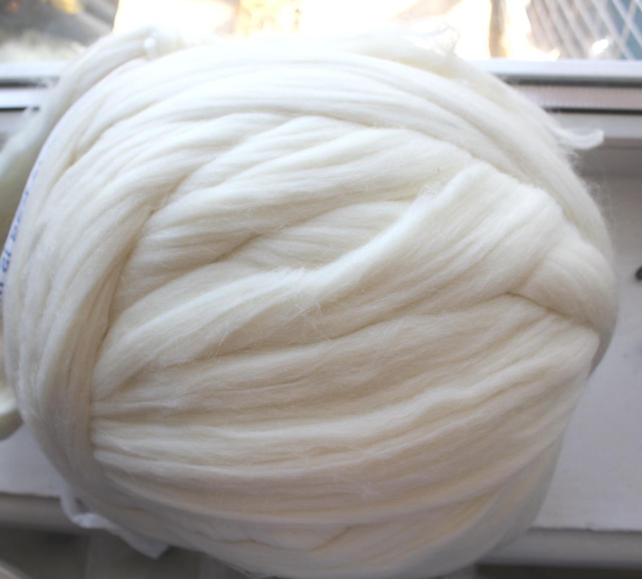 Толстая, крупная пряжа, 100% шерсть овечья для валяния, 50г. Цвет: Белый. 25-26 мкрн. Топс. Лента