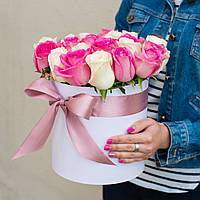 Коробка с белыми и розовыми розами (нежное чувство)