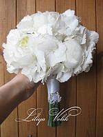 Букет невесты из белой гортензии и пионов