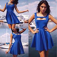 Женское летнее платье с вырезом на груди.