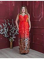 Яркое длинное платье с фигурным декольте.