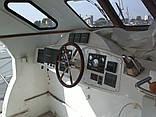 Внешний вид поста судоводителя до реконструкции. Внешний вид передних панелей оставляет желать лучшего. Панели вырезаны неаккуратно и криво, а огромное количество вкрученных винтов по периметру напоминают исполнение на военных кораблях 80-х годов