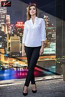 Стильная  блуза  с V-образным вырезом горловины и воротником стойка белого цвета