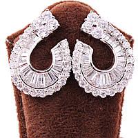 Серьги-гвоздики декорированы камнями циркон