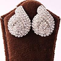Серьги декорированы камнями