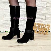 Женские демисезонные сапоги из натуральной замши черного цвета на невысоком каблуке.