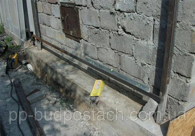 Як замішувати цемент, заливаємо цемент в мокру землю.