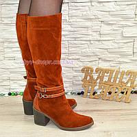 Женские зимние рыжие замшевые сапоги на устойчивом каблуке, декорированы ремешками