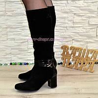 Сапоги демисезонные женские замшевые на устойчивом каблуке, декорированы лаковыми ремешками.