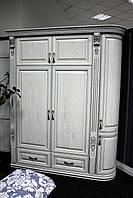 Белый деревянный шкаф для спльни