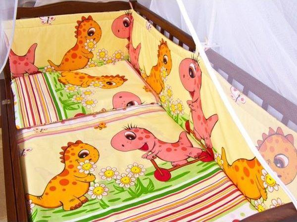 Защита бампер в детскую кроватку Дино розовый
