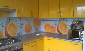 кухонный фартук в установленной кухонной мебели