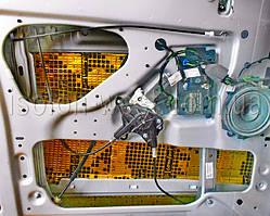 Клеим виброизолятор на чистую обезжиренную поверхность.