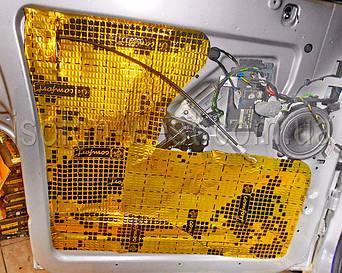 Внешне еще слой виброизолятора одним листом. Все хорошо прикатываем валиком.