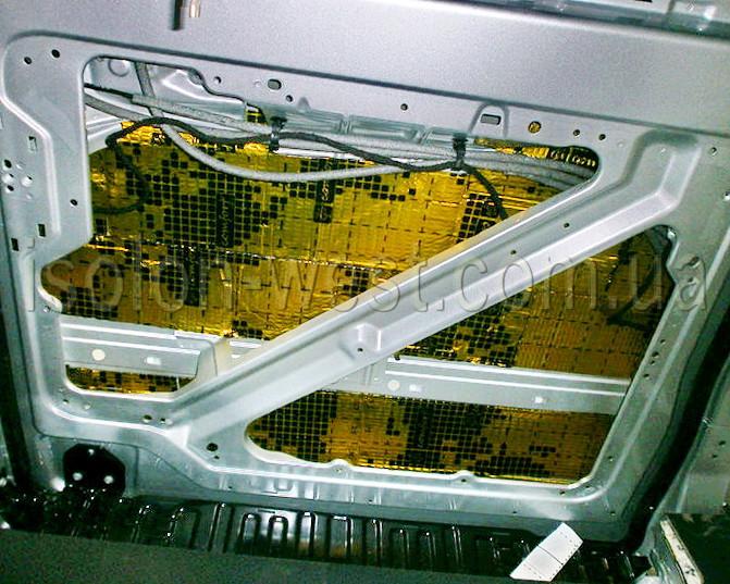 После подготовки металла клеим разогретую виброизоляцию.