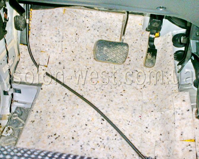 Далее идет слой шумопоглотителя. Бибитон подойдет, но можно и сразу плотный слой войлока дать.