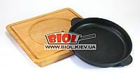 Чугунная порционная сковорода 18х2,5см на прямоугольной деревянной подставке с углублением BRIZOLL Н1825-Д